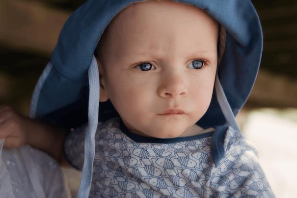 Foto jongetje met blauw hoedje