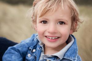 Familie reportage portret jongetje strand