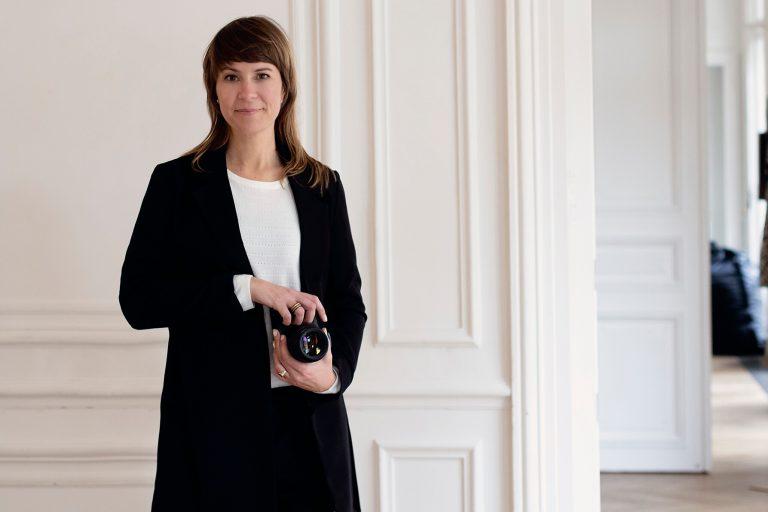 Portret fotograaf met camera in Parijs